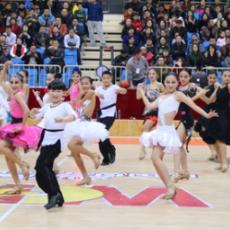 少儿啦啦队现身WCBA赛场热舞赢得满堂彩
