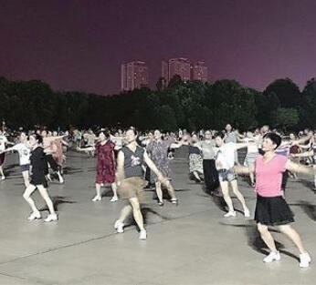 夜幕下,广场舞舞出健康新风尚